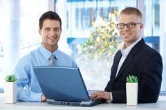 Hommes d'affaires travaillant ensemble Photographie stock