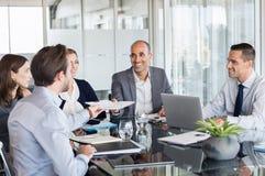 Hommes d'affaires travaillant lors de la réunion Photo stock