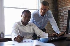 Hommes d'affaires travaillant sur l'ordinateur dans le bureau Photos libres de droits