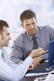 Hommes d'affaires travaillant sur l'ordinateur portatif Photo stock