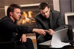 Hommes d'affaires utilisant l'ordinateur portable Photographie stock libre de droits