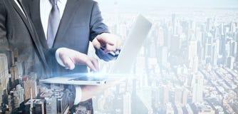 Hommes d'affaires utilisant l'ordinateur portable Photos libres de droits