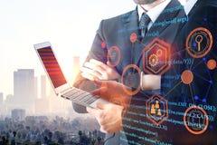 Hommes d'affaires utilisant l'ordinateur portable avec le code de HTML Photos libres de droits