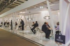 Hommes d'affaires visitant Tuttofood 2015 à Milan, Italie images stock
