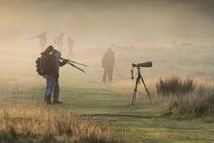 Hommes d'appareil-photo dans le brouillard image stock