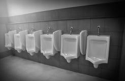 Hommes d'ennemi d'urinoirs Images libres de droits