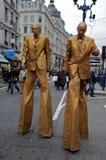 Hommes d'or sur des échasses - jour d'achats de Londres Photos stock