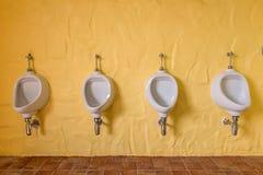 Hommes d'urinoirs publics dans la chambre de toilette, carte de travail Photographie stock