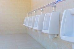 Hommes d'urinoirs publics dans la chambre de toilette, carte de travail Photo libre de droits