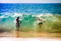 Hommes dans de grandes vagues énormes Image libre de droits