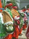 Hommes dans des costumes indonésiens traditionnels Photographie stock