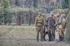 Hommes dans des costumes militaires historiques avec des casques sur leurs têtes photographie stock libre de droits