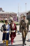 Hommes dans des costumes nationaux de vintage et militaires traditionnels Photographie stock libre de droits