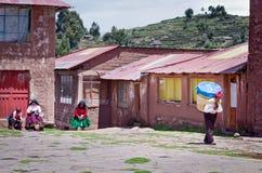 Hommes dans des vêtements traditionnels à l'île de Taquile au Pérou image libre de droits