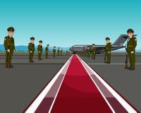 Hommes dans l'uniforme se tenant des bords opposés du tapis rouge au sujet des avions Photographie stock libre de droits
