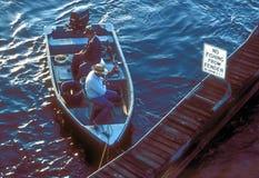 Hommes dans la pêche de bateau Images stock