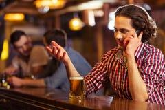 Hommes dans le bar Photographie stock libre de droits