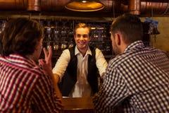 Hommes dans le bar Photos stock