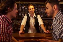 Hommes dans le bar Images stock