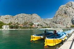 Hommes dans le bateau sur la rivière Cetina, Omis, Croatie Photos libres de droits