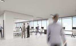 Hommes dans le bureau avec la salle de conférence de coins arrondis Image libre de droits