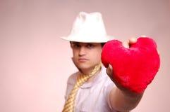 Hommes dans le capuchon blanc avec la relation étroite et le coeur. Photographie stock