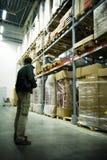 Hommes dans le grand entrepôt Photographie stock