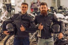 Hommes dans le salon de motocyclette Images stock