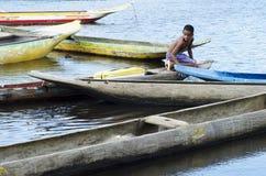 Hommes dans les canoës images stock