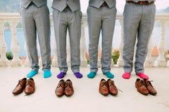 Hommes dans les chaussettes colorées Photos drôles de mariage Épouser dans Monteneg Photographie stock libre de droits