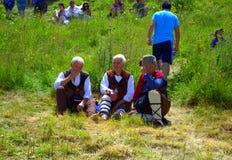 Hommes dans parler traditionnel bulgare de costumes Photo stock