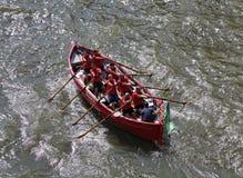 Hommes dans un bateau à rames Image stock