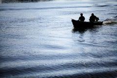 Hommes dans un bateau Images stock