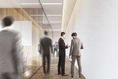 Hommes dans un couloir de société Image stock