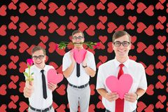 Hommes de ballot tenant les roses rouges et le coeur rose sur le fond digitalement produit Image stock
