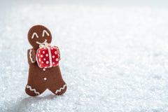 Hommes de biscuit de pain d'épice avec le bonhomme de neige minuscule de massepain photo libre de droits