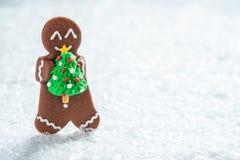 Hommes de biscuit de pain d'épice avec le bonhomme de neige minuscule de massepain image stock