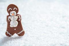 Hommes de biscuit de pain d'épice avec le bonhomme de neige minuscule de massepain photos libres de droits