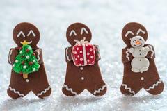 Hommes de biscuit de pain d'épice avec le bonhomme de neige minuscule de massepain photos stock