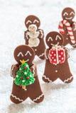Hommes de biscuit de pain d'épice avec le bonhomme de neige minuscule de massepain images stock