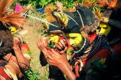 Hommes de danse dans Wabag en Papouasie-Nouvelle-Guinée Photographie stock libre de droits