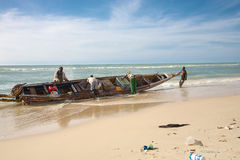 Hommes de Fisher dans l'action sur la plage de St Louis Photo libre de droits