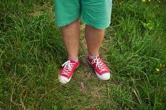 Hommes de jambes habillés dans des espadrilles rouges Images libres de droits