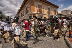 Hommes de Kechwa courant sur la rue en Equateur Photographie stock libre de droits