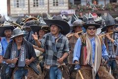 Hommes de Kichwa utilisant le sombrero surdimensionné exécutant la danse rituelle dessus Photos libres de droits