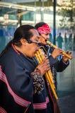 Hommes de natif américain dans le costume indigène traditionnel jouant la cannelure photos stock