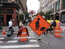 Hommes de NYC au signe de travail, Manhattan, New York City, NY, Etats-Unis Photos stock