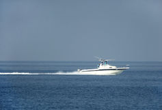 Hommes de pêcheur de début de la matinée se déplaçant mer sur le hors-bord Photo stock