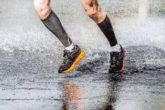 Hommes de pied d'athlète courant par un magma Photographie stock