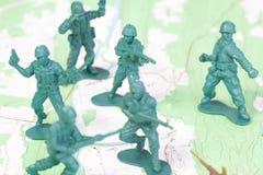 Hommes de plastique d'armée combattant sur la carte topographique. photos libres de droits